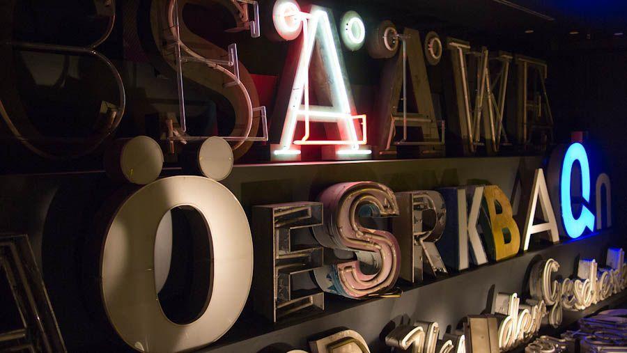 Detalla de letreros luminosos en el museo