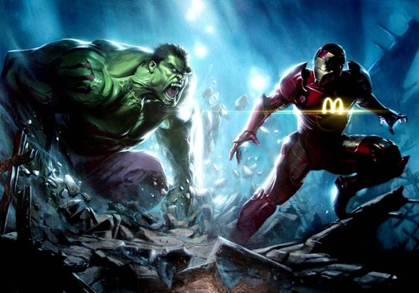 Hulk luchando contra Ironman, quien luce un brillante logotipo de McDonalds